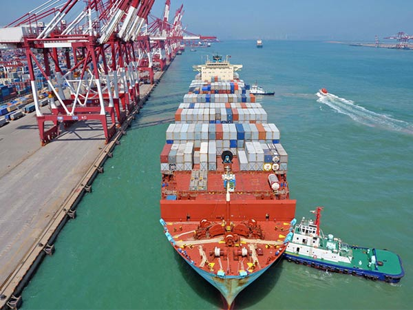 UWL-Ocean-Freight-Ship-Berths-at-Qingdao-Tug